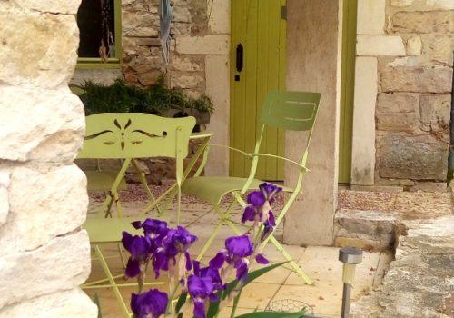 Maisonnette : La Terrasse Et La Porte Peinte
